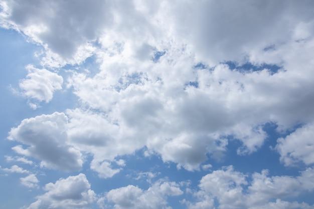 Soleil, ciel bleu et nuages.