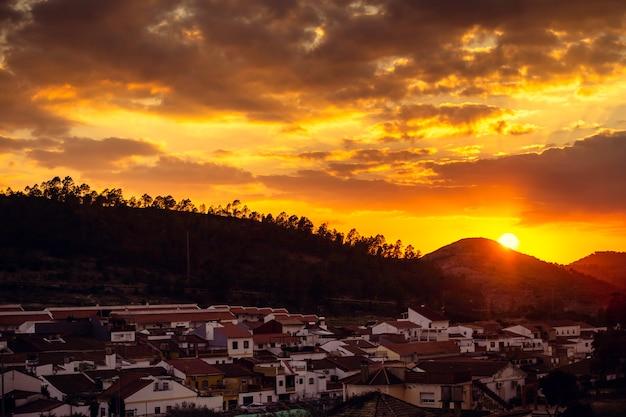 Soleil couchant derrière la montagne avec le ciel orange