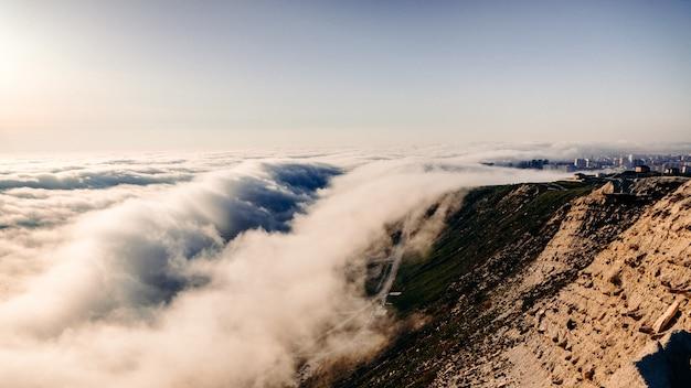 Le soleil couchant se couche dans les nuages bas au large de la côte d'anapa. en mai, en raison de la différence de température entre l'eau et l'atmosphère, les nuages tombent presque au niveau de la mer. anapa, mer noire