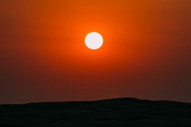 Soleil dans le ciel au dessus du désert