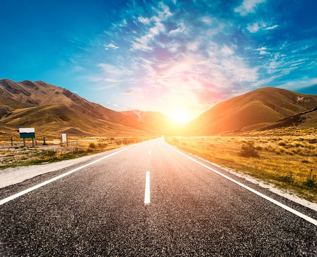 Soleil dans l'horizon de la route
