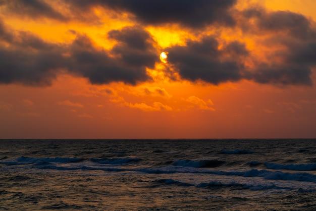 Soleil dans les nuages au-dessus de la mer