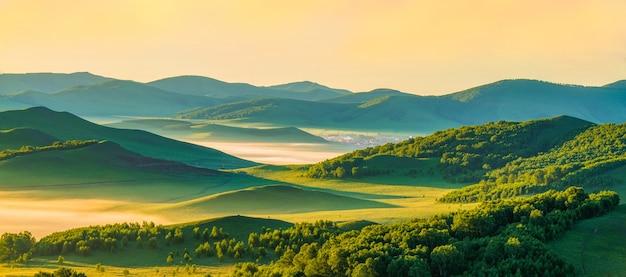 Soleil du matin des prairies reflété la brume du matin