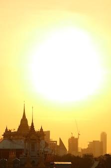 Le soleil levant au-dessus de la pagode phu khao thong du temple wat saket à bangkok en thaïlande