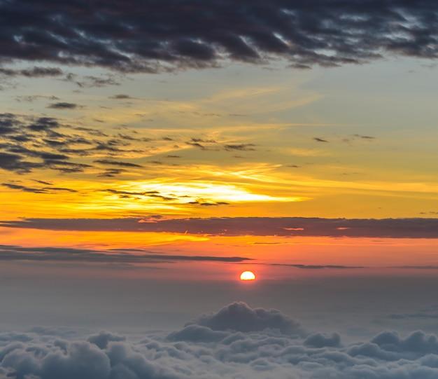 Soleil levant au petit matin au-dessus d'une mer de brume