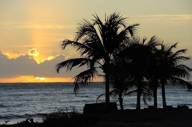 Soleil levant sur la plage de cabo branco à joao pessoa paraiba state brésil le 23 août 2012