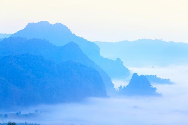 Soleil et nuages sur la brume matinale à phu lang ka, phayao, thaïlande