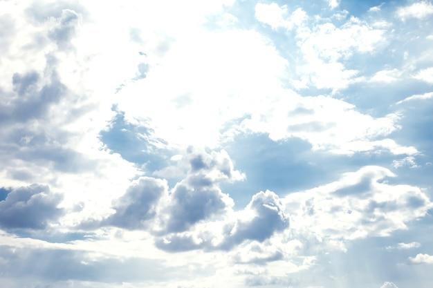 Soleil nuages ciel pendant le matin