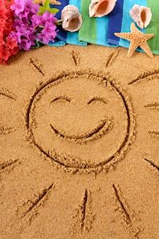 Soleil souriant dessiné sur une plage hawaïenne, avec des fleurs traditionnelles, une serviette de plage, une étoile de mer et des tongs