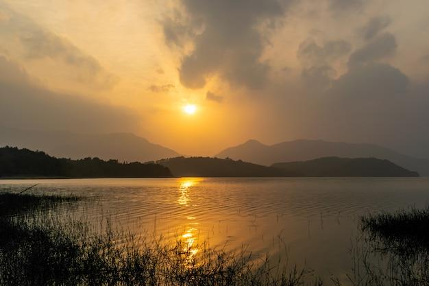 Le soleil a teint le ciel et l'eau d'or