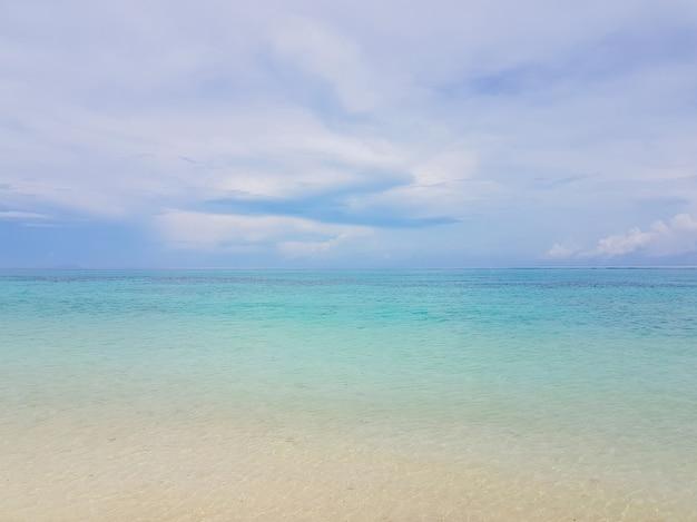 Soleil sur une vague de mer à la plage de karon, à phuket, en thaïlande. vagues de plage ensoleillées d'été. soleil vague de mer près de la plage de sable fin. la plage de l'île tropicale se détend. paysage exotique de l'océan, île de phuket