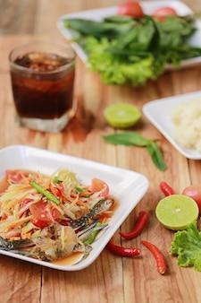 Som tum, plats thaïlandais ou salade de papaye au goût épicé et populaire en thaïlande.