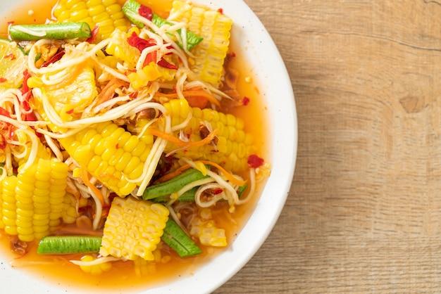 Som tum - salade de papaye épicée thaïlandaise au maïs - style de cuisine asiatique