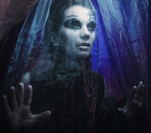 Sombre belle princesse gothique. bonne fête d'halloween.
