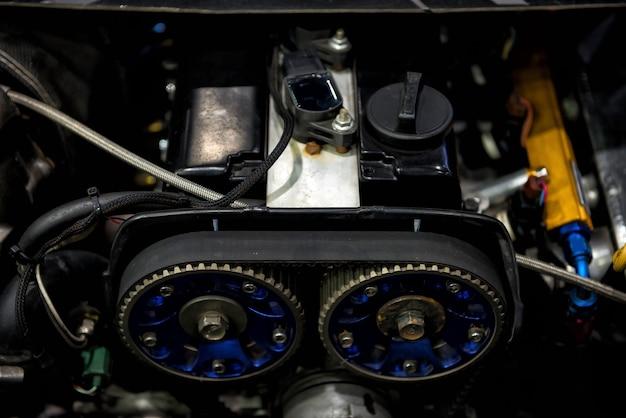 Sombre vieux moteur de voiture sale par vue de dessus. réparer le véhicule dans le garage.