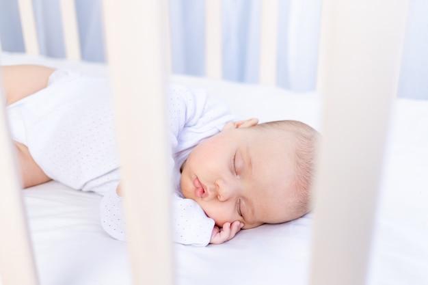Sommeil sain d'un nouveau-né dans un berceau dans la chambre sur un lit en coton, portrait.