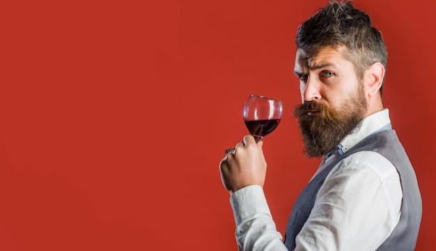 Sommelier au vin rouge. homme barbu avec verre à vin. restaurant. dégustation. homme avec de l'alcool. espace de copie pour la publicité.