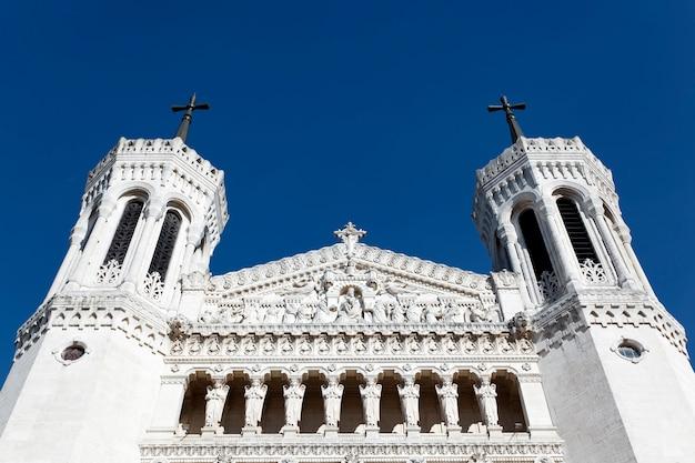 Sommet de la cathédrale de lyon et ciel bleu