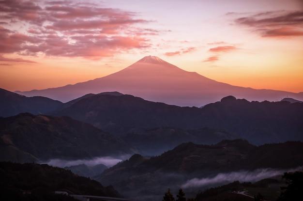 Le sommet du mont. fuji au lever du soleil à shizuoka, au japon.