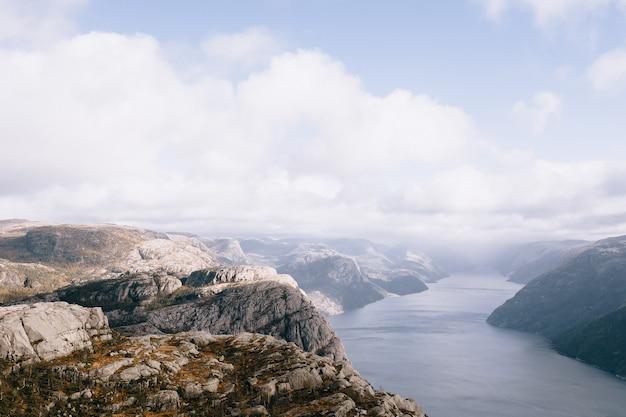 Le sommet du mont preikestolen (pulpit rock) en norvège