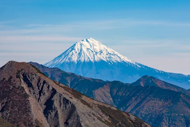Le sommet escarpé du volcan avachinsky, kamchatka, russie. paysage volcanique du kamtchatka