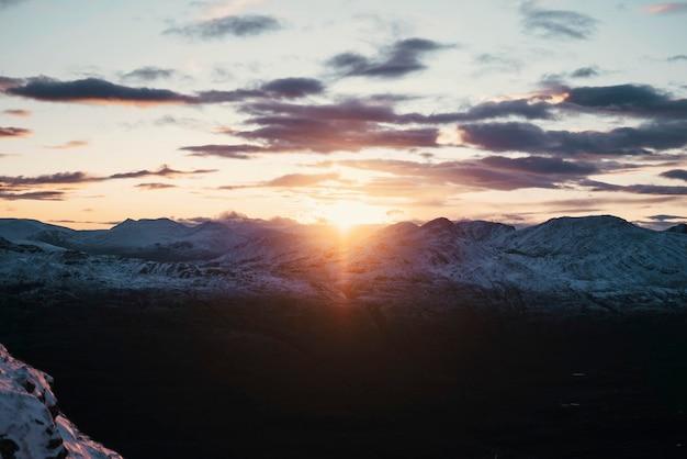 Sommet de la montagne enneigée un jour nuageux