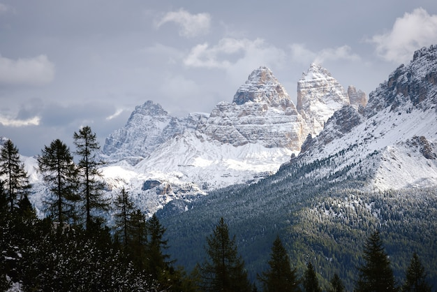Sommet de montagne en hiver, dolomites, italie