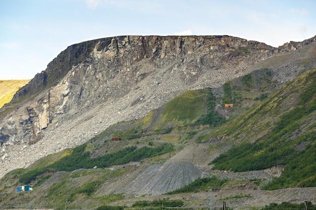 Sommet de la montagne khibiny sous la forme d'un fond de ciel nuageux.