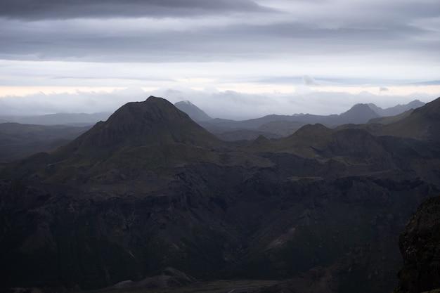 Sommet de la montagne avec et nuages sur le sentier de randonnée laugavegur près de thorsmork.