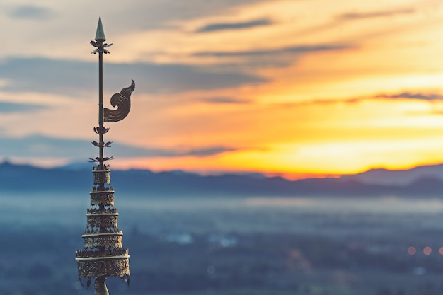 Le sommet à plusieurs niveaux de la pagode d'or
