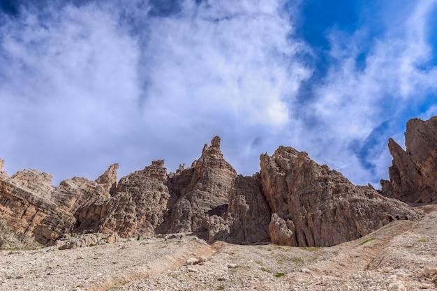 Sommets des dolomites sur fond de beau ciel bleu. tyrol du sud, italie