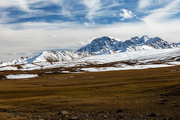Sommets enneigés sur le col d'ala bel, autoroute bishke-osh, kirghizistan