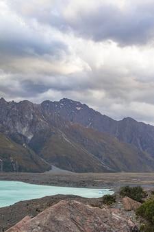 Les sommets enneigés sur le lac montagnes et lacs de l'île du sud du lac glaciaire tasman nouvelle-zélande