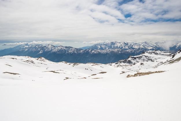 Sommets majestueux en hiver dans les alpes