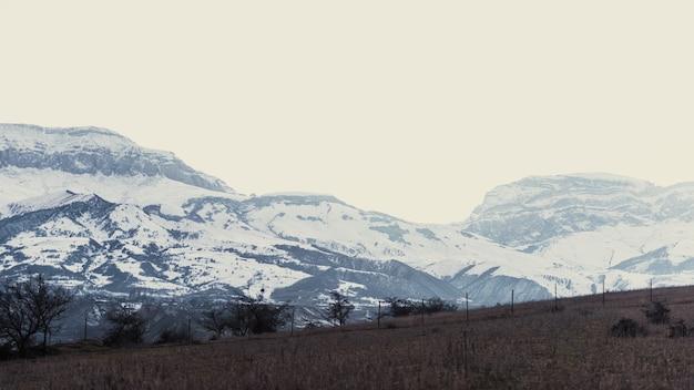 Sommets des montagnes couvertes de neige, brouillard sur les montagnes