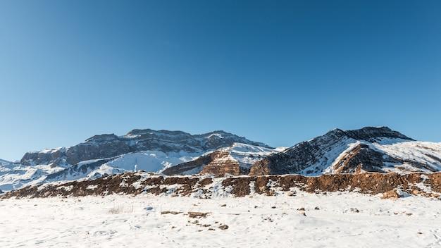 Sommets des montagnes couvertes de neige, montagnes d'hiver