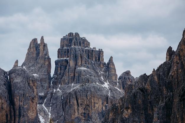 Les sommets des montagnes sur un fond de ciel nuageux. montagnes des dolomites dans le nord de l'italie, trentin. paysage, alp. temps nuageux