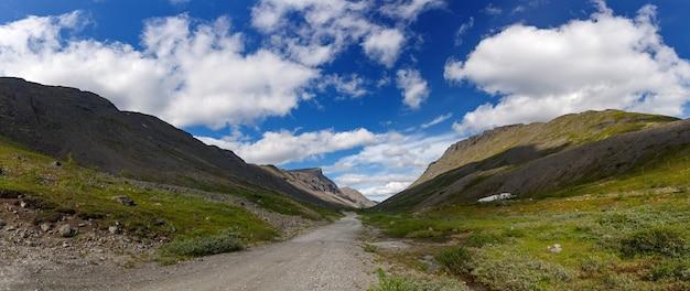 Les sommets des montagnes, khibiny et ciel nuageux. péninsule de kola, russie.