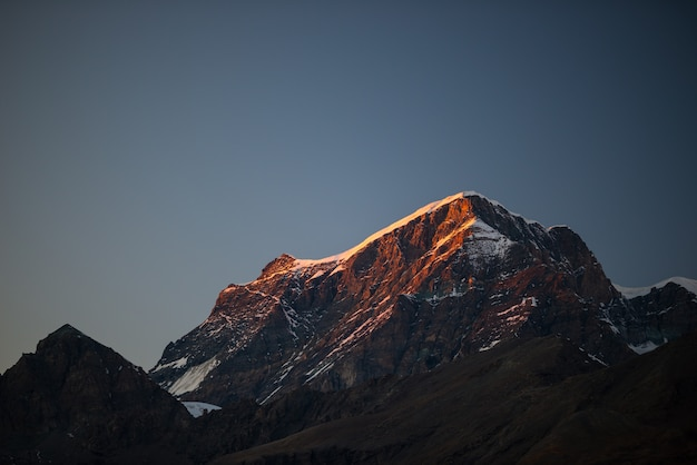 Sommets rocheux, crêtes et vallées, les alpes au coucher du soleil.