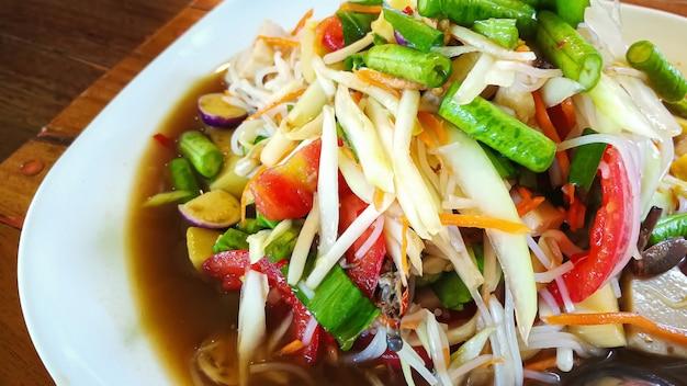 Le somtam ou salade de papaye verte thai food close up image.