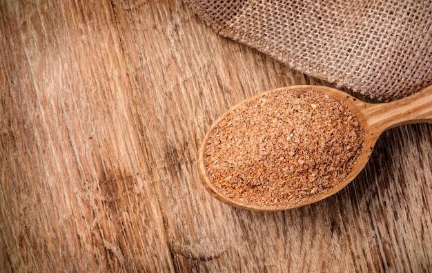 Son de blé dans une cuillère en bois
