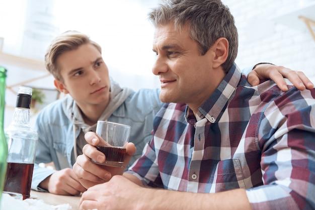 Son fils essaie d'arrêter de boire son père.