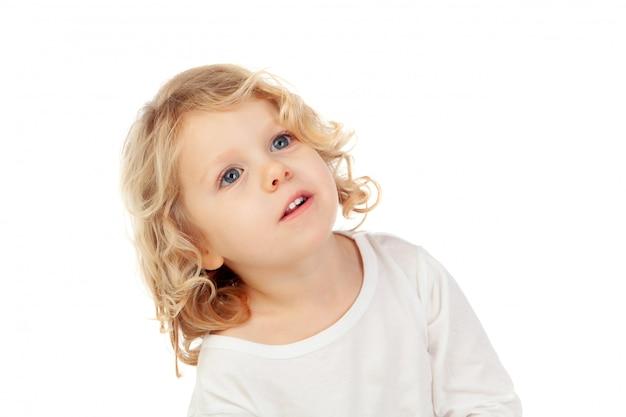 Songeur petit enfant levant les yeux