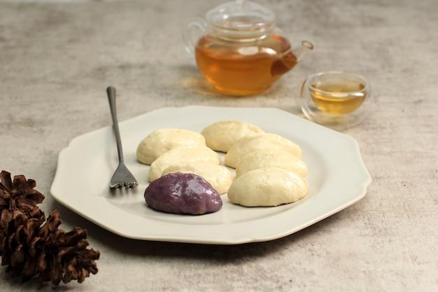 Songpyeon, nourriture traditionnelle du jour de chuseok, gâteau de riz coréen en forme de demi-lune. fabriqué à partir de farine de riz coréenne avec des graines de sésame ou des noix hachées, du miel ou de la pâte de haricots rouges