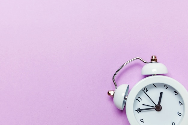 Sonnerie double cloche réveil classique vintage isolé sur violet violet pastel coloré