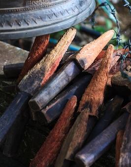 Sonnez ou sonnez les cloches dans le temple avec des bâtons de bois.