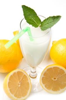 Sorbet au citron sur fond noir