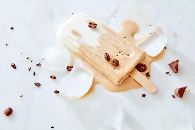 Sorbet café avec grains de café et morceau de chocolat sur une glace en marbre