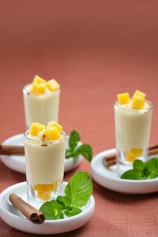 Sorbet de mangue shot à la cannelle, dessert pour la restauration d'une fête.