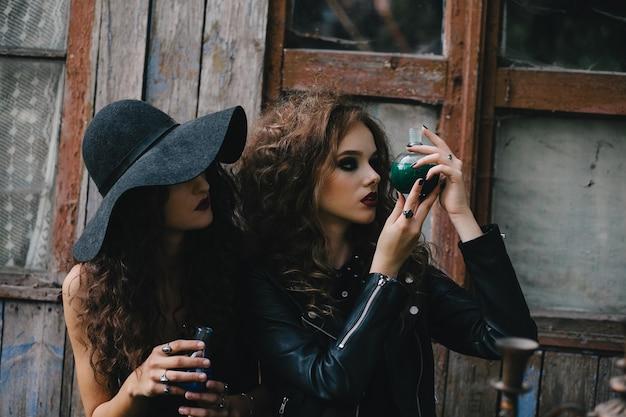 Sorceress mysterious observant une bouteille avec un liquide